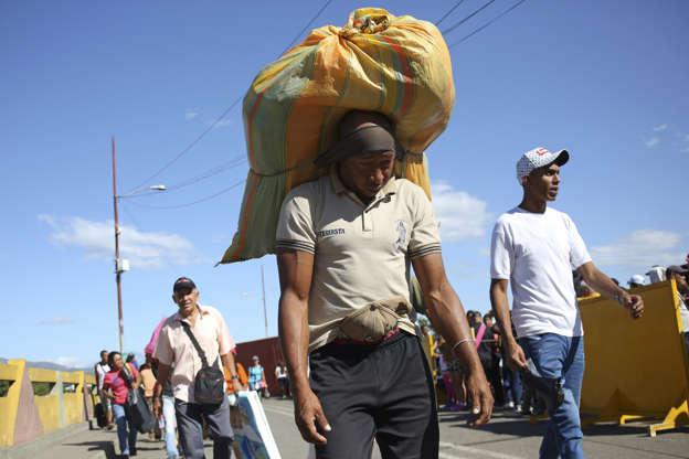Slide 2 of 85:人们越过哥伦比亚 - 委内瑞拉边境,越过2019年6月8日在委内瑞拉圣安东尼奥德尔塔奇拉的部分开放的Simon Bolivar国际大桥。路透社/ Carlos Eduardo Ramirez