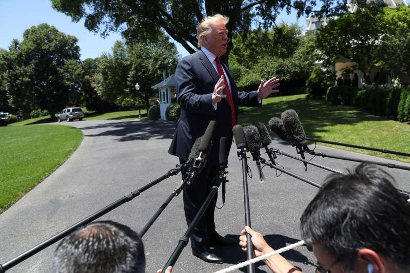 美国总统唐纳德特朗普在离开2019年6月11日在美国华盛顿白宫南草坪前往爱荷华州的时候向新闻媒体发表讲话。路透社/ Leah Millis