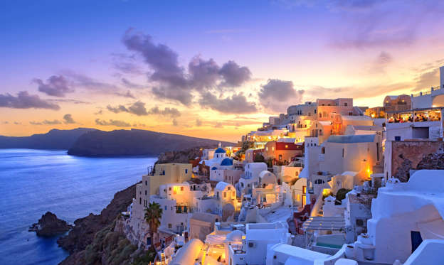 44 枚のスライドの 1 枚目: Famous for its black, red, white or gray sand and crystal clear blue waters of the Aegean, the Santorini island is a popular tourist spot. Most of the beaches are reasonably well connected from Fira, Firostefani, Imerovigli, or Oia -the major towns- though hiring a car to navigate through the island is the best bet. Also, the volcanic soil gets really hot in the day, so don't forget to carry tour beach sandals.