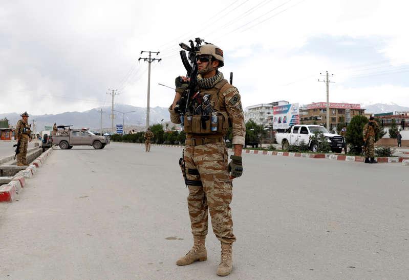 阿富汗安全部队密切关注2019年5月30日在阿富汗喀布尔的爆炸现场。路透社/穆罕默德·伊斯梅尔