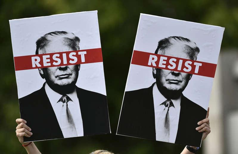 在美国总统唐纳德特朗普为期四天的英国访问的第三天,抗议者在苏格兰联合特朗普队于2018年7月14日在苏格兰爱丁堡的街道上游行前举行标语牌。  - 美国总统唐纳德特朗普结束了对英国为期四天的访问,他的首席执行官特蕾莎梅的脱欧战略在苏格兰度过了周末。 (摄影:NEIL HANNA /法新社)(图片来源应为NEIL HANNA / AFP / Getty Images)