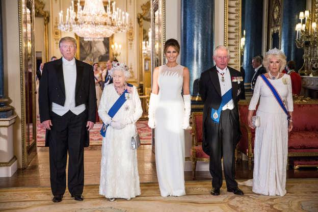 幻灯片1:29:美国总统唐纳德特朗普,他的妻子梅拉尼亚第一夫人,英国女王伊丽莎白,英国查尔斯,威尔士亲王和卡米拉公爵夫人,康沃尔公爵夫人在2019年6月3日在英国伦敦白金汉宫举行的国宴上摆姿势。 Jeff Gilbert /泳池通过REUTERS