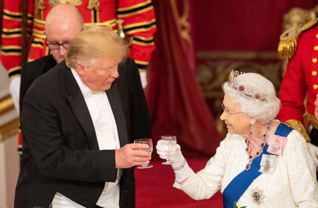 第2页,共29页:美国总统唐纳德·特朗普和英国女王伊丽莎白在2019年6月3日在英国伦敦白金汉宫的国宴上举杯祝酒。多米尼克·利辛斯基/泳池通过路透社