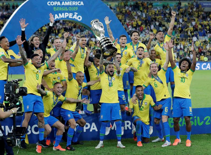 Jogadores brasileiros levantam a Copa América 2019 no Maracanã. 7 de julho. REUTERS/Henry Romero