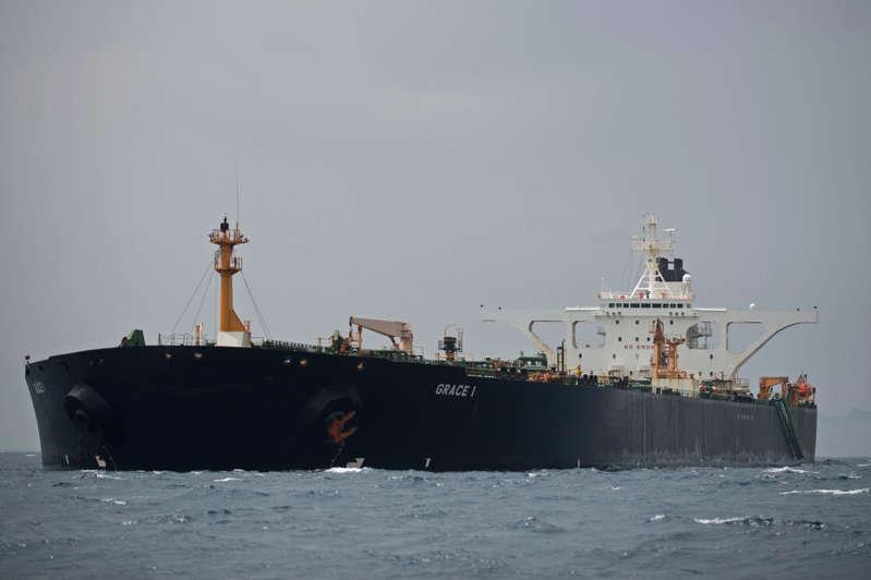 图为2019年7月6日在直布罗陀海岸附近的超级油轮格雷斯1号。