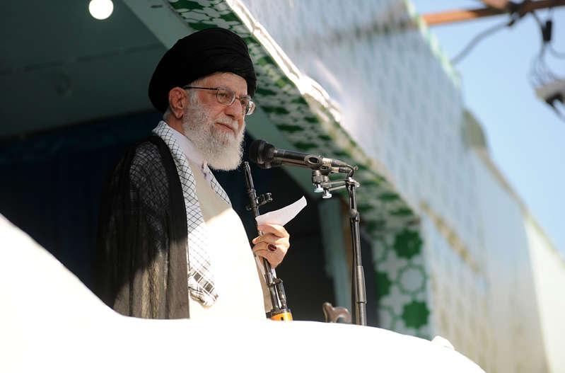 """德黑兰,伊朗 -  6月5日:( ----编辑使用强制性信用 - """"伊朗人最高领导人新闻办公室/讲义"""" - 没有市场营销没有广告活动 - 分发为客户服务----)伊朗最高领导人, Ali Khamenei(前方)于2019年6月5日在伊朗德黑兰的Grand Prayer Grounds(Mossalla)领导Eid al-Fitr祷告后发表演讲。伊朗议会议长Ali Larijani,伊朗总统Hassan Rouhani,Ayatollah大会主席专家Ahmad Jannati(L)和伊朗司法部长Sadeq Larijani(L-2)出席了祈祷会。 世界各地的穆斯林庆祝开斋节的结束,标志着斋戒月的结束。 (图片来自IRANIAN SUPREME LEADER PRESS OFFICE  -  HANDOUT / Anadolu Agency / Getty Images)"""