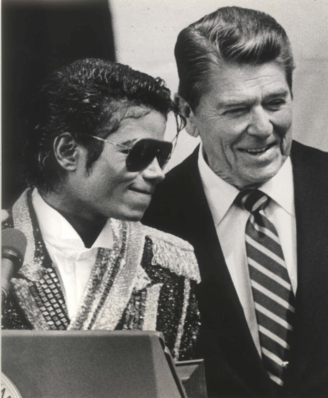 UNSPECIFIED - MAY 14: Michael Jackson meets with President Ronald Reagan at the South Lawn of the White Hose after he was presented with a Presidential Award (Photo by Frank Johnston/Washington Post/Getty Images)