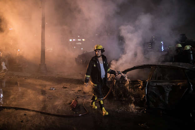 الشريحة 1 من 20: 05 August 2019, Egypt, Cairo: A firefighter extinguishs a fire after an explosion in front of the National Cancer Institute. According to Health Ministry, at least 17 people died and 26 injured. Photo: Oliver Weiken/dpa (Photo by Oliver Weiken/picture alliance via Getty Images)