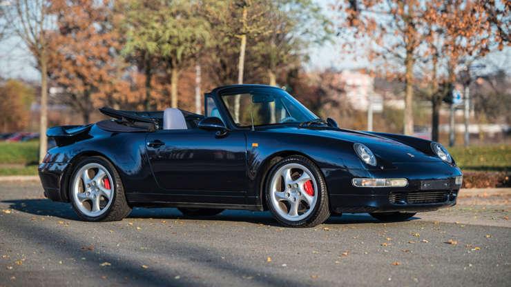Слайд 4 из 26: Цена: 754 000 долларов. Porsche Exclusive произвел только 14 из 1995 Porsche 911 Turbo Cabriolets, среди самых редких и самых эксклюзивных коллекционных Porsche, когда-либо сделанных.  Кабриолет 993-го поколения дебютировал на Женевском автосалоне 1993 года, и родилась идея ограниченного выпуска турбированного Porsche Cabriolet.  Его мотор и трансмиссия были взяты из 964 Turbo, который находился на выходе, и вместо этого были помещены в кузов 993. Славный гибрид остается одним из самых желанных трофеев для богатых поклонников Porsche во всем мире.