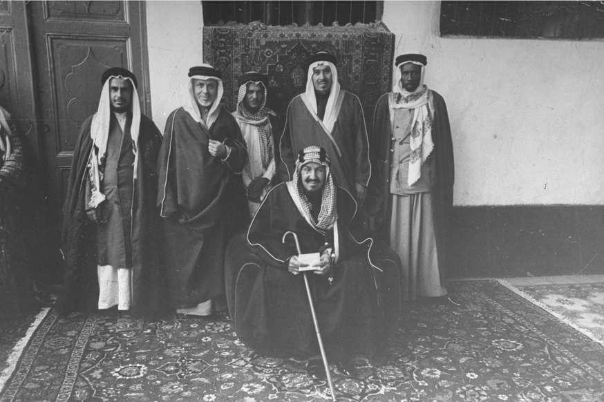 الشريحة 5 من 14: King Abdul Aziz Suad (C) being photographed with five of his men. (Photo by Bob Landry/The LIFE Picture Collection/Getty Images)