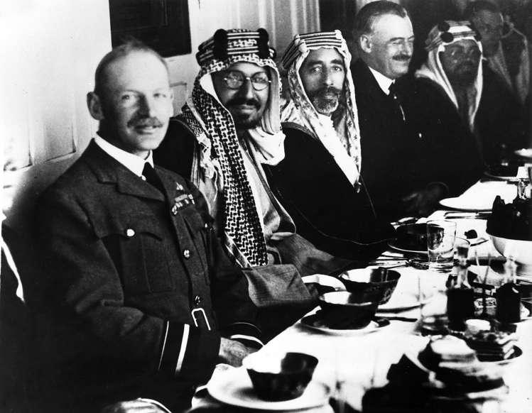 الشريحة 6 من 14: (Eingeschränkte Rechte für bestimmte redaktionelle Kunden in Deutschland. Limited rights for specific editorial clients in Germany.) Faisal I of Iraq*20.05.1883-08.09.1933+1921-1933 King of IraqSigning of the peace treaty between Ibn Saud (King Abdulaziz), King of Saudi Arabia (2nd from l) and King Faisal I (3rd from l) aboard the British warship Lupin in the Persian Gulf (Photo by ullstein bild/ullstein bild via Getty Images)