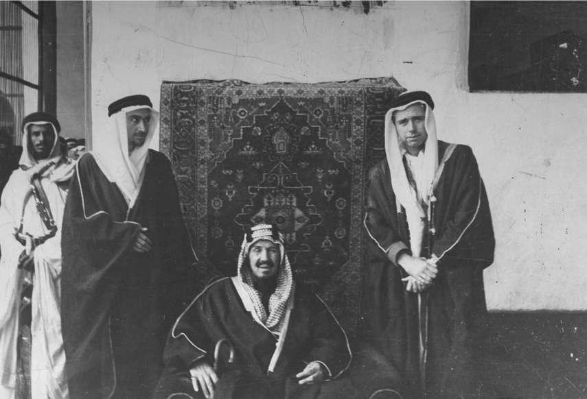 الشريحة 8 من 14: Noel Busch (L) and photographer Robert Landry posing with King Abdul Aziz Ibn Suad during their trip to Saudi Arabia.  (Photo by Bob Landry/The LIFE Picture Collection/Getty Images)