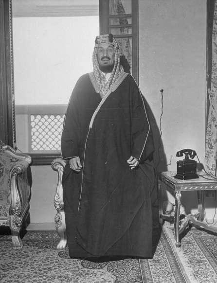 الشريحة 9 من 14: Portrait of King Ibn Saud.  (Photo by John Phillips/The LIFE Picture Collection/Getty Images)