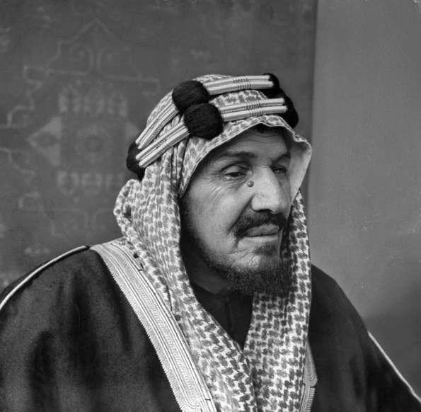 الشريحة 7 من 14: King Ibn Saud of Saudi Arabia. (Photo by Bob Landry/The LIFE Picture Collection/Getty Images)