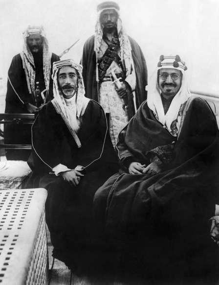 الشريحة 11 من 14: (Eingeschränkte Rechte für bestimmte redaktionelle Kunden in Deutschland. Limited rights for specific editorial clients in Germany.) Faisal I*20.05.1885-08.09.1933+King of Iraq 1921-1933Peace treaty between Ibn Saud, King of Hejaz and Najd (Saudi Arabia), and King Faisal I (l), signed aboard the British warship Lupin in the Persian Gulf (Photo by ullstein bild/ullstein bild via Getty Images)