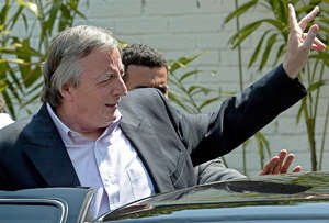 CARACAS, VENEZUELA: Argentinean President Nestor Kirchner waves to the press after a meeting with opposition leaders from Democratic Coalition party after a meeting in Caracas 28 February 2004. AFP PHOTO/Juan BARRETO (Photo credit should read JUAN BARRETO/AFP/Getty Images)