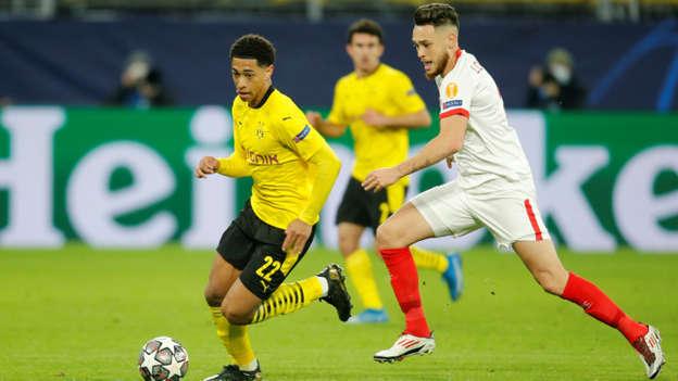 Pemain Borussia Dortmund Jude Bellingham mencoba melewati hadangan pemain Sevilla pada pertandingan 16 besar Liga Champions leg kedua di Signal Iduna Park, Dortmund, Jerman. Foto: Leon Kuegeler/REUTERS