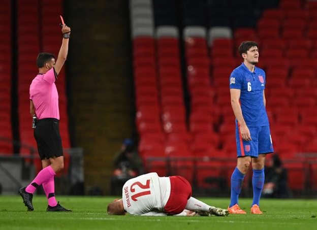 Bek Timnas Inggris, Harry Maguire dari Inggris mendapat kartu merah oleh wasit Jesus Gil Manzano pada pertandingan UEFA Nations League melawan Denmark. Foto: DANIEL LEAL-OLIVAS/REUTERS