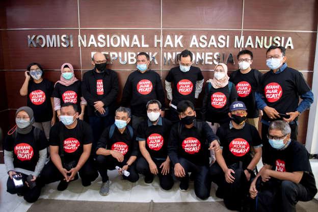 Perwakilan 75 pegawai KPK yang dinyatakan tidak lolos TWK berfoto bersama usai audiensi dengan Komisioner Komnas HAM di Jakarta, Senin (24/5). Foto: M Risyal Hidayat/Antara Foto