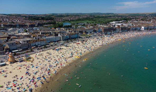 a crowded beach: Hot weather