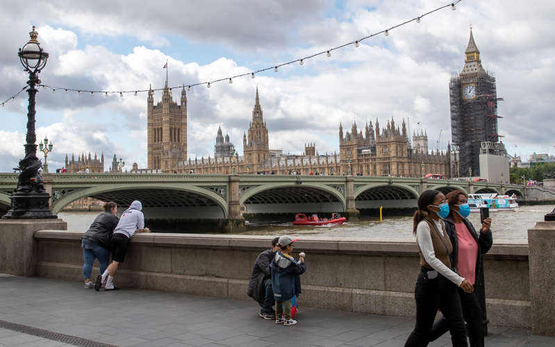 People walk by the River Thames in London, Britain, on Aug. 18, 2021. Another 33,904 people in Britain have tested positive for COVID-19, bringing the total number of coronavirus cases in the country to 6,355,887, according to official figures released Wednesday. (Photo by Han Yan/Xinhua via Getty Images)
