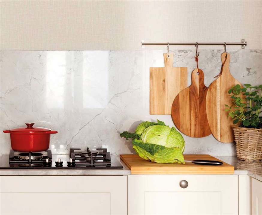 Detail of kitchen countertop with wooden cutting boards 00528732