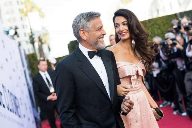 Slide 2 de 33: George Clooney tinha 53 anos quando subiu ao altar com a advogada de direitos humanos Amal Alamuddin em 2014. O ator foi amplamente considerado o solteiro mais cobiçado de Hollywood desde seu divórcio com a primeira esposa Talia Balsam em 1993. Seu casamento com Amal continua forte.