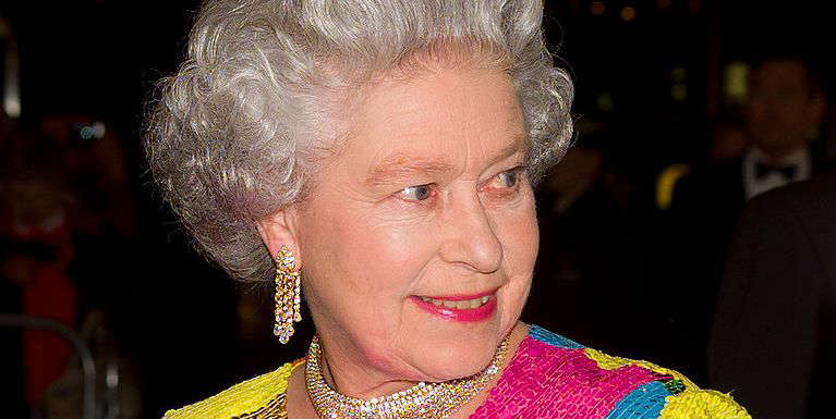 Behind Queen Elizabeth's choice to wear only colorful clothes there is a precise reason for courtesy and diplomacy.