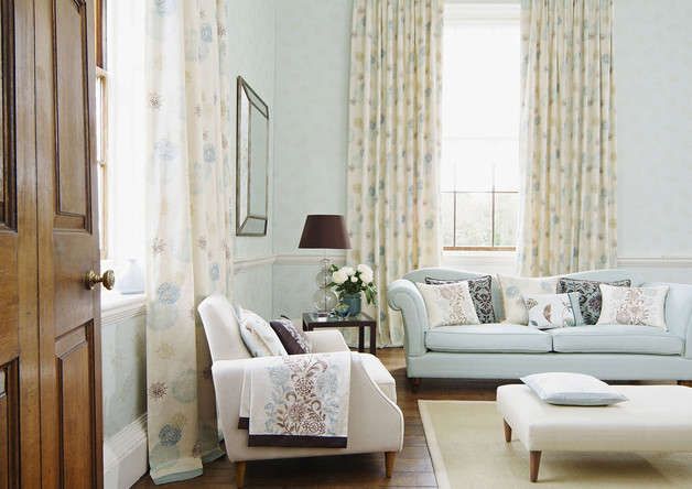 Prints with British countryside motifs are ideal for an elegant atmosphere.