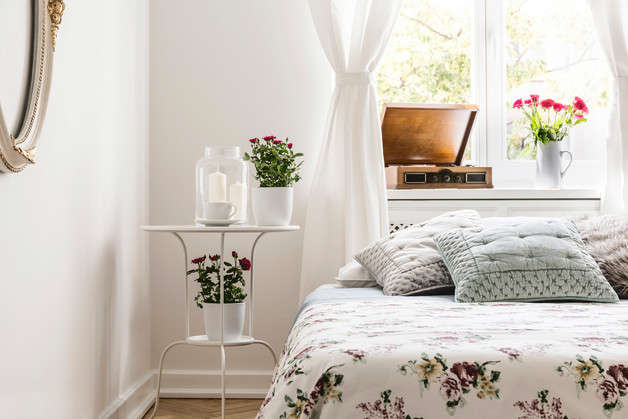 Small floral details are always a great option when you don't want something that covers too much space.