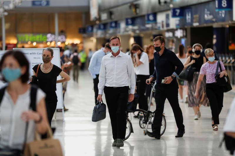 Commuters walk through Waterloo station, amid the coronavirus disease (COVID-19) pandemic, London, Britain, July 19, 2021. REUTERS/Peter Nicholls