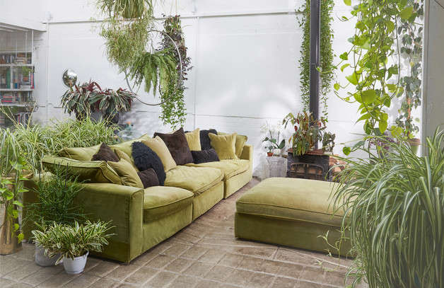Whether with pots or hanging plants, the garden room creates a relaxing visual effect.
