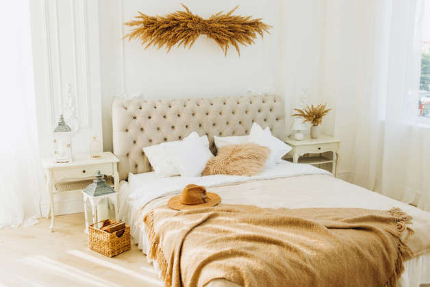Decorate with natural fibers and organic materials to achieve the scandifornian style.