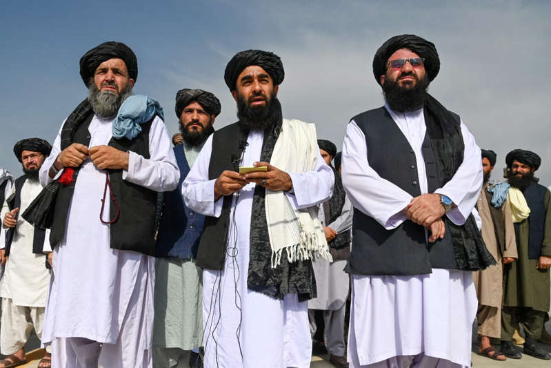 Paul Prudhomme et al. posing for the camera: AFGHANISTAN-CONFLICT
