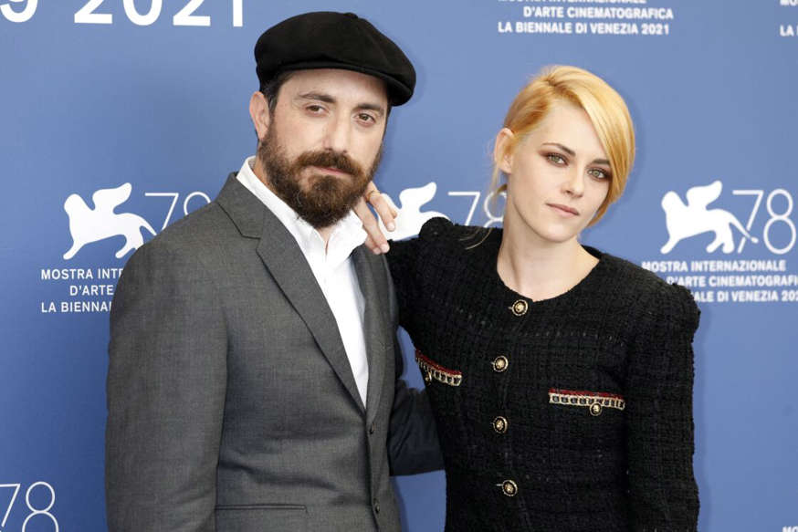 Kristen Stewart falls for the Venetian red, trendy coloring of fall 2021 7