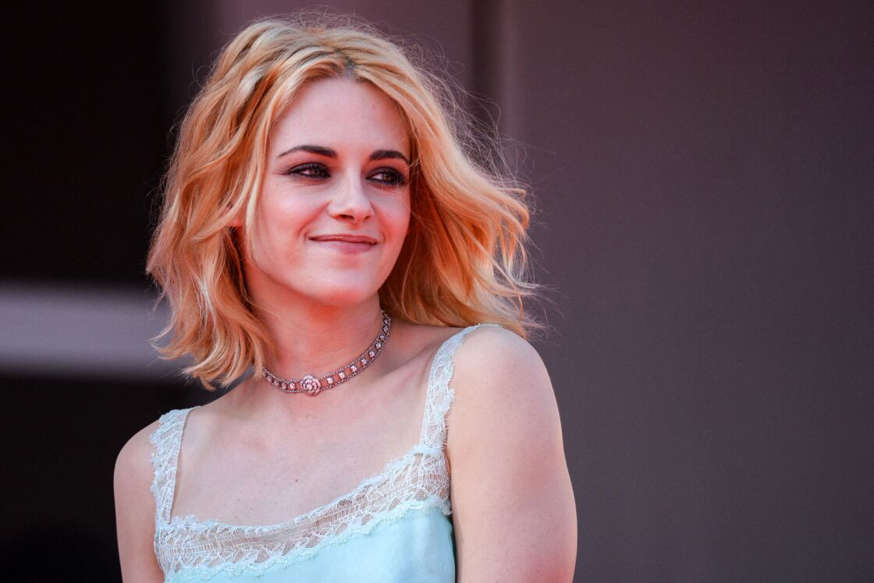 Kristen Stewart falls for the Venetian red, trendy coloring of fall 2021 5