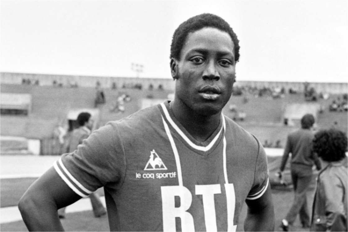 Jean-Pierre Adams standing in front of a crowd posing for the camera: Jean-Pierre Adams, french footballer, photography on July 26, 1977 in Paris on the grounds of Paris St. Germain. Adams, 22 caps for France A, between 1972 and 1976, is not on 10 March 1948 to Dakar. On the occasion of a mild knee operation, Jean-Pierre Adams falls into a long and deep coma on March 17, 1982 due to an error of anesthesia.