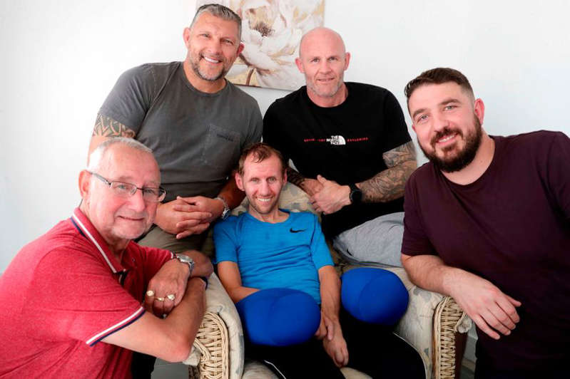 Barrie McDermott, Rob Burrow, Keith Senior, Matt Diskin posing for the camera: Rob with his dad Geoff and former team mates Matt Diskin, Keith Senior and Barry McDermott