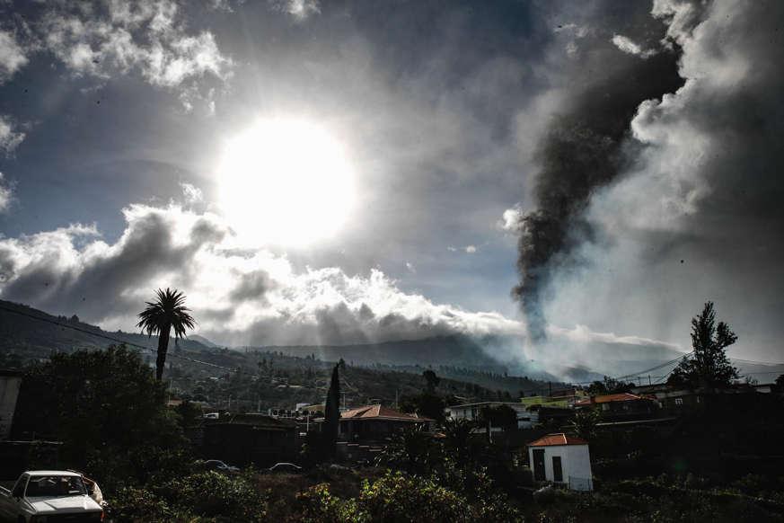 Diapositiva 5 de 17: Ahora la principal alerta está en los gases tóxicos que puedan salir del volcán. Se ha evacuado a la población de todas las zonas que pueden ser afectadas.