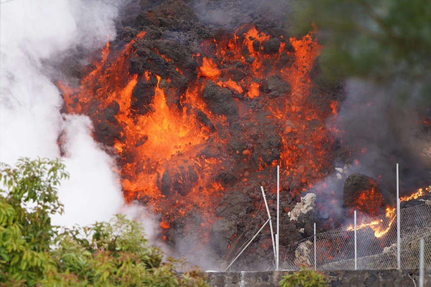 Diapositiva 1 de 17: La isla de La Palma, en el archipiélago canario, sigue sufriendo la ira del volcán Cumbre Vieja. Un volcán que escupe lava y humo a través de sus nueve bocas.