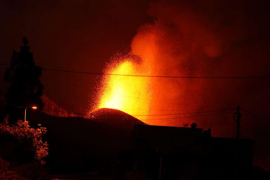 Diapositiva 8 de 17: En la noche se dan imágenes impactantes de un volcán en plena actividad. La Palma tiembla ante la furia desatada de Cumbre Vieja.