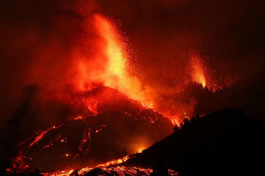 Diapositiva 15 de 17: El volcán Cumbre Vieja siempre estuvo allí, y parecía que jamás iba a despertar. Pero lo hizo y convirtió La Palma en un infierno. ADEMÁS: ¿Puede un volcán en una isla española provocar un tsunami devastador?