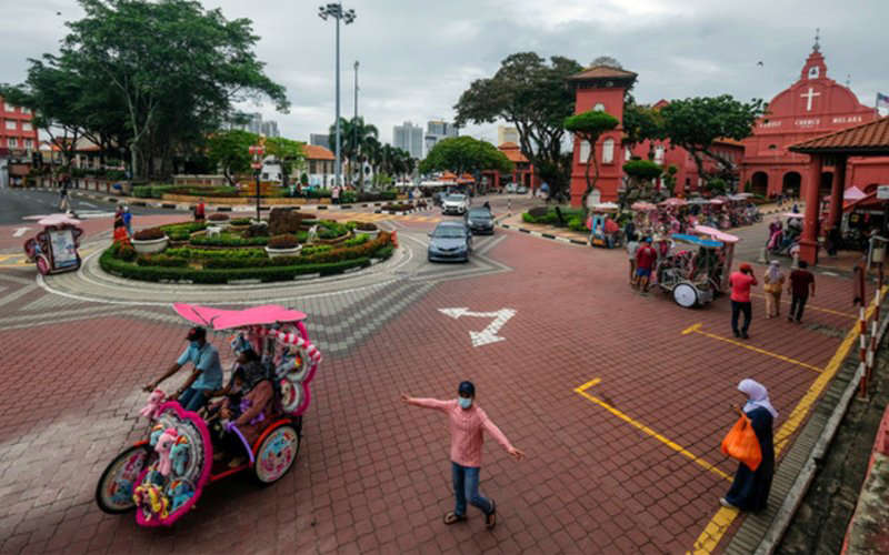 a group of people walking down the street: The state will allow domestic tourism only after 90% of the country's adult population has been fully vaccinated. (Bernama pic)