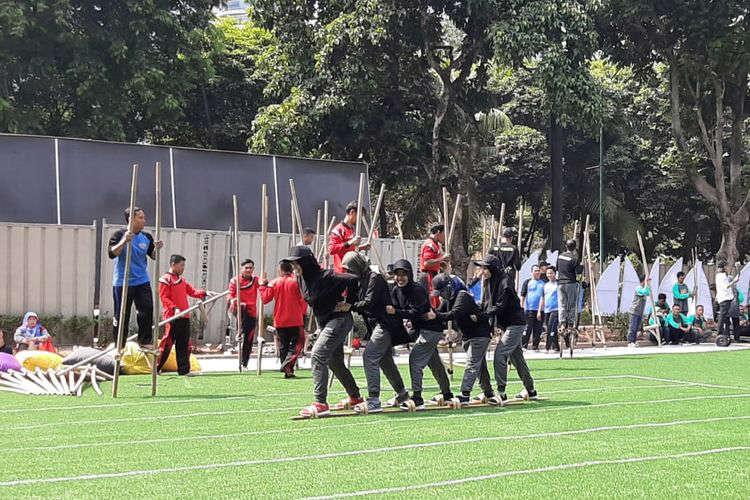 Permainan tradisional terompah panjang atau balap bakiak yang menjadi salah satu lomba dalam Pekan Kebudayaan Nasional (PKN) di Kompleks Istora Gelora Bung Karno, Jakarta, dari tanggal 7 sampai 13 Oktober 2019.