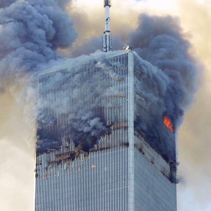 The impact (here of the first plane, on the north tower) created a large breach, through which the air rushed in, fueling fires of violence exceeding the expectations of the architects.