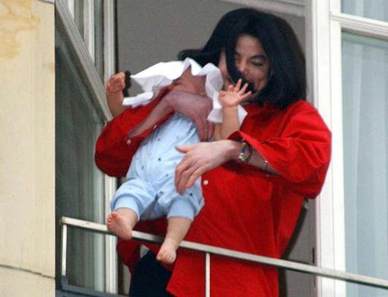 Diapositiva 18 de 22: El más pequeños del clan Jackson es Prince Michael Jackson II AKA Blanket. Nacido el 21 de febrero de 2002, a través de un embarazo subrogado, Blanket es el más reservado de los tres hijos de Michael Jackson. Y sí, el pequeño Blanket era el bebé que Michael Jackson sostuvo sobre un balcón en Berlín, preocupando a los fans y fotógrafos que vieron la escena en directo.