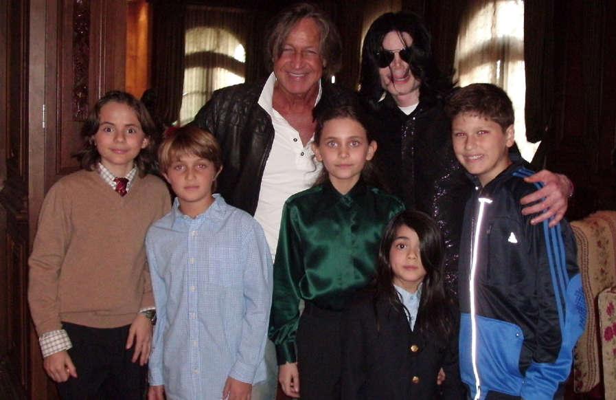 Diapositiva 2 de 22: Aunque cueste creerlo, Michael Jackson falleció en 2009. Han pasado muchos años, sus hijos han crecido y, entre otras cosas, deben gestionar la fortuna que su padre les dejó y que sigue generando. Obviamente, surgen muchas preguntas en torno a ellos: ¿A qué se dedican? ¿Cuántos años tienen? ¿Hacen el Moonwalk? Pero, sobre todo, ¿qué aspecto tienen?