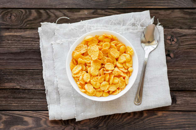 Slide 2 de 11: A menos que opte por cereais naturais como Muesli, granola ou aveia, tome cuidado para não optar pelos cereais industrializados, normalmente, cheios de açúcar, gorduras e outros produtos para manter a crocância. O outro problema? Temos a tendência de dosar erroneamente as quantidades de manhã e em vez de uma tigelinha, enchemos um mega bowl e, pra piorar, o leite é integral!