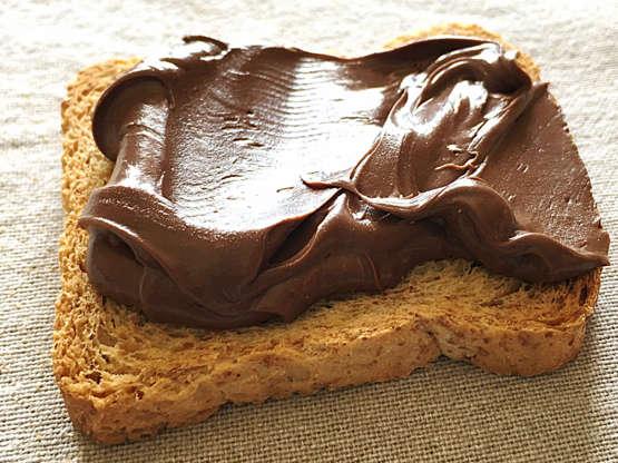 Slide 10 de 11: A Nutella é a pedida favorita de jovens a idosos, alguns dos quais permaneceram viciados... Mas os nutricionistas estão longe de elogiá-la. Rica em óleo de palma e carboidratos, é melhor evitar o hábito de consumi-la, mesmo no café da manhã.