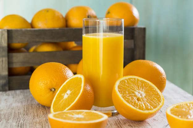 Slide 6 de 11: De manhã, é melhor espremer você mesmo a fruta, uma laranja fresca, toranja ou suco de limão, que lhe fornecerá todas as vitaminas para revitalizá-lo. Por outro lado, evite sucos de frutas industriais que contenham muitos açúcares, a menos que você escolha um suco de fruta 100% puro, sem adição de açúcar. E ainda assim, se quiser perder peso, coma a fruta, além de saciar mais, você vai gastar calorias digerindo-a e vai consumir menos quantidade! Um copo de suco de laranja tem cerca de 3 ou 4 laranjas, você toma um copo facilmente, mas conseguiria comer 3 ou 4 laranjas?!